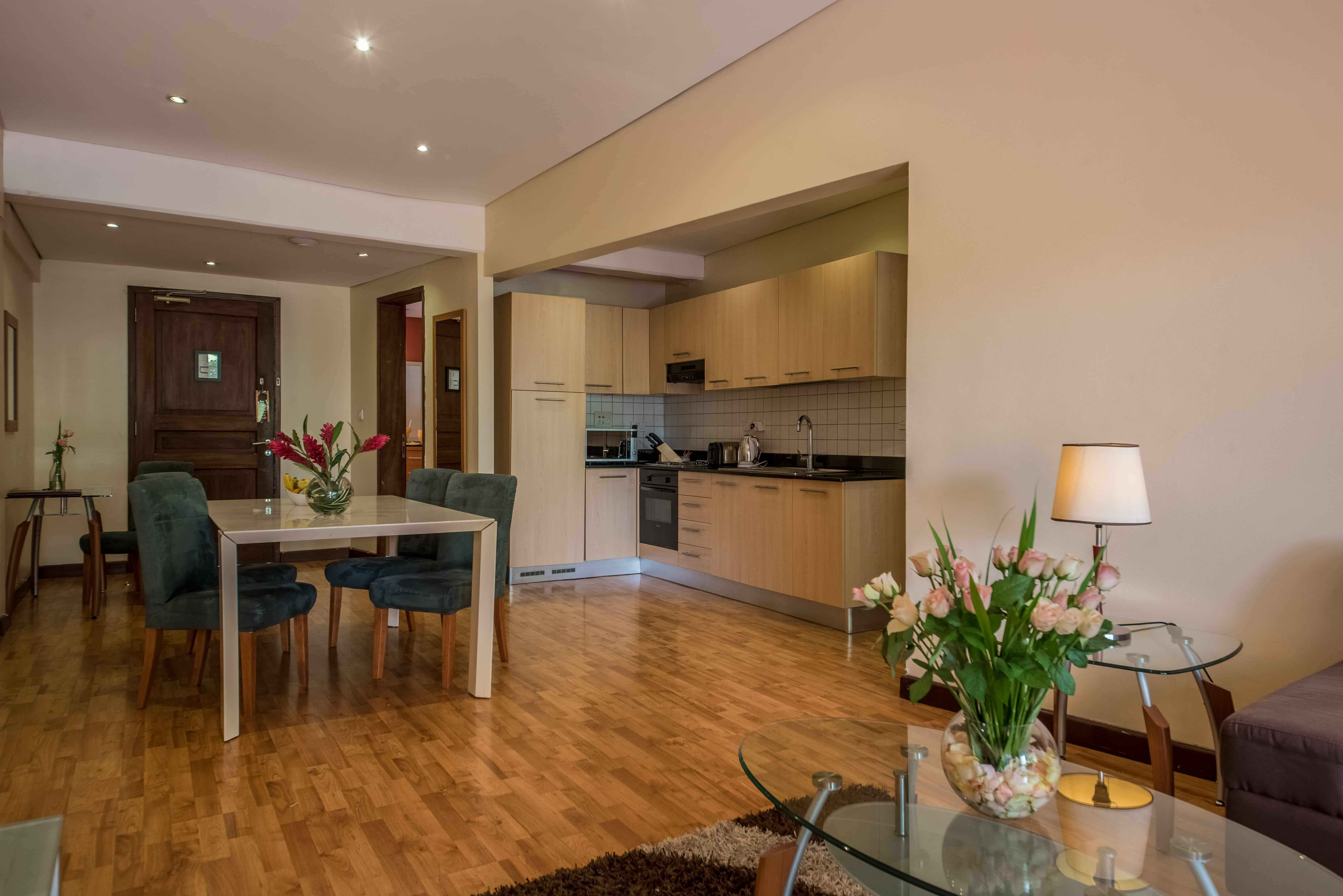 Two Bedroom Suite - Kitchennetete, Dinning & Living area